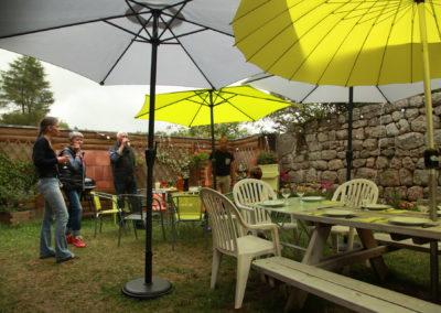 Repas convivial à l'ombre des parasols
